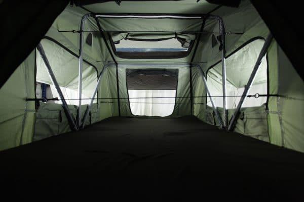 Innenraum Merlin140 mit gefföneten Fenstern und Panoramadach
