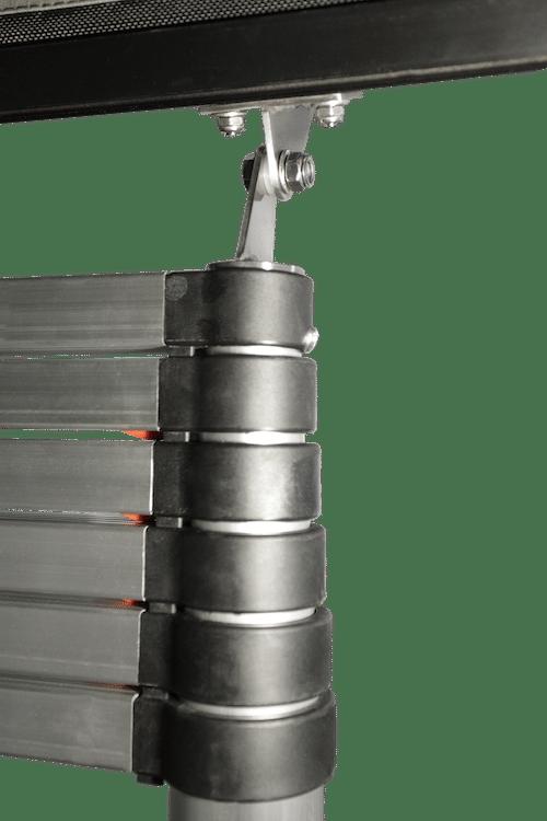 Befestigung und Gelenk mit Verschraubung der Teleskopleiter am Dachzelt