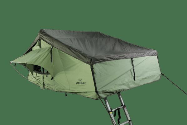 Dachzelt Merlin180 in Profilansicht, Fenster sind geöffnet, Leiter ausgeklappt und der Zelteingang abgespannt