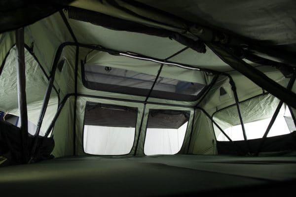 Innenraum von Merlin220, Fenster und Panoramadach sind geöffnet